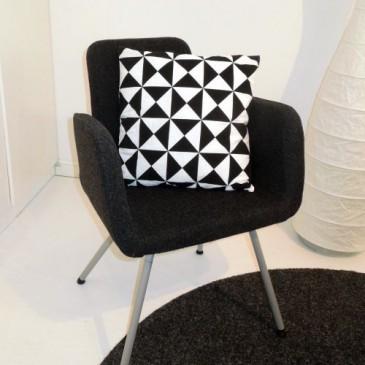 Snygg kudde med trekanter i svart och vitt